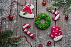 Fundo velho da tabela da madeira das cookies do pão do gengibre do Natal para o gráfico e o design web, conceito simples moderno  imagens de stock