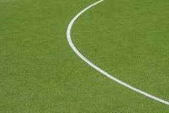 Fundo verde artificial da textura do relvado com linha branca marcas imagens de stock