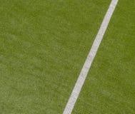 Fundo verde artificial da textura do relvado com linha branca marcas fotos de stock royalty free