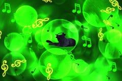 Fundo verde criativo borrado com uma imagem de um gato preto que escuta a música, notas musicais abstratas ilustração royalty free