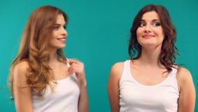 Fundo verde de fala de sorriso da amiga de duas meninas video estoque