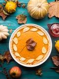 Fundo verde do outono com tarte de abóbora Imagem de Stock Royalty Free