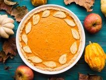 Fundo verde do outono com tarte de abóbora Imagem de Stock