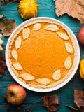Fundo verde do outono com tarte de abóbora Fotografia de Stock Royalty Free
