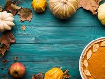 Fundo verde do outono com tarte de abóbora Fotografia de Stock
