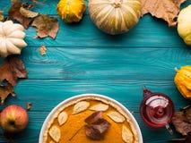 Fundo verde do outono com tarte de abóbora Imagens de Stock