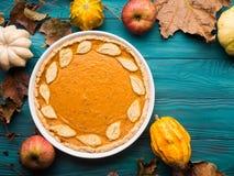 Fundo verde do outono com tarte de abóbora Foto de Stock