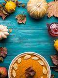 Fundo verde do outono com tarte de abóbora Foto de Stock Royalty Free