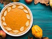 Fundo verde do outono com tarte de abóbora Imagens de Stock Royalty Free