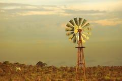 Fundo verde do por do sol do moinho de vento do vintage da energia Fotos de Stock