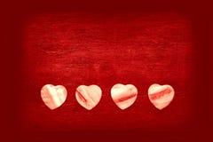Fundo vermelho brilhante com corações decorativos Foto de Stock Royalty Free