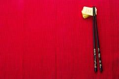 Fundo vermelho chinês com barras de ouro imagem de stock royalty free