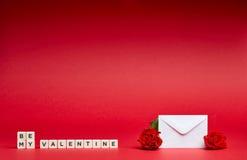 Fundo vermelho com mensagem e flores imagens de stock