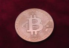 Fundo vermelho da camurça de Bitcoin fotografia de stock royalty free