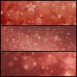 Fundo vermelho da estrela do vintage, vermelho maçante desvanecido com camadas de estrelas e luzes borradas do bokeh Foto de Stock Royalty Free