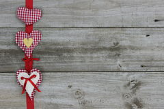 Fundo vermelho da madeira da beira de três corações Fotografia de Stock