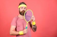 Fundo vermelho da raquete de tênis da posse do moderno do atleta à disposição Tênis do jogo para o divertimento Equipamento farpa foto de stock royalty free