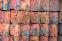 Fundo vermelho da textura do teste padrão das ardósias de argila do telhado fotos de stock
