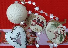 Fundo vermelho das bolas brancas das decorações do Natal fotos de stock royalty free