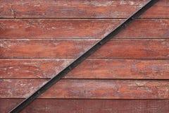Fundo vermelho das pranchas com a barra de metal preta Fotografia de Stock Royalty Free