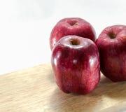 Fundo vermelho do branco da maçã Fotos de Stock Royalty Free