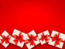 Fundo vermelho do feriado com caixas de presente Imagens de Stock