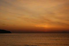Fundo vermelho do Grunge do céu e do mar no nascer do sol Imagem de Stock