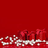 Fundo vermelho do Natal com caixas de presente Foto de Stock