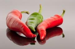 Fundo vermelho e verde das pimentas de pimentão quente Imagens de Stock Royalty Free