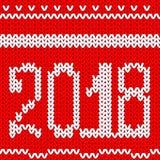 Fundo vermelho feito malha do Natal Ano novo feliz 2018 Teste padrão feito malha sem emenda do ano novo com número 2018 Confecção Fotografia de Stock