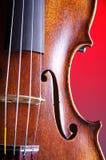 Fundo vermelho limpo do close up do violino Imagem de Stock