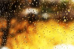 Fundos da água com gotas da água O fogo atrás do vidro molhado Fotografia de Stock