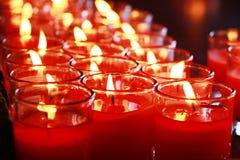 Fundos e texturas: o close-up disparou de queimar velas vermelhas no vidro, copo Imagens de Stock