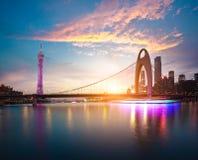 Fundos modernos da arquitetura do marco da cidade de nuvens cor-de-rosa Fotografia de Stock Royalty Free