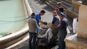 Fundraising для плохого и обездоленные люди, десятки килограммов монеток от известного фонтана di Trevi в Риме сток-видео