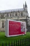 Fundraising skylt utanför den Winchester domkyrkan Arkivbild