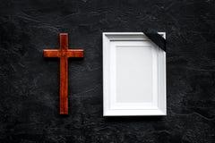 funeral Модель-макет портрета покойного, покойника Рамка с черной лентой около креста на черной верхней части предпосылки стоковое изображение rf