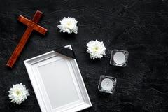 funeral Модель-макет портрета покойного, покойника Рамка с черной лентой около цветков, свечей и креста дальше стоковое фото