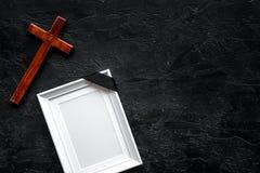 funeral Модель-макет портрета покойного, покойника Рамка с черной лентой около креста на черной верхней части предпосылки стоковая фотография