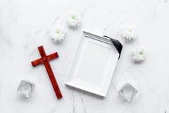 funeral Модель-макет портрета покойного, покойника Рамка с черной лентой около цветков, свечей и креста дальше стоковая фотография rf