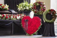 Funerale, meravigliosamente decorato con la bara di disposizioni dei fiori fotografia stock libera da diritti