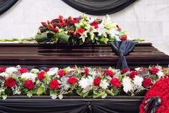 Funerale, meravigliosamente decorato con la bara di disposizioni dei fiori fotografie stock libere da diritti