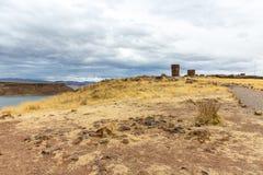 Funerary torens in Sillustani, de voorhistorische ruïnes van Peru, Zuid-Amerika Inca dichtbij Puno, Titicaca-meer stock afbeelding