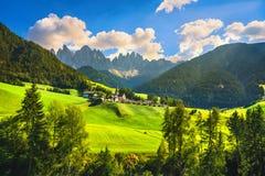 Funes dalSanta Magdalena sikt och Odle berg, Dolomitesfjällängar, Italien royaltyfria bilder