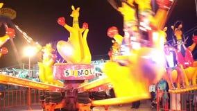Funfair en la noche almacen de metraje de vídeo