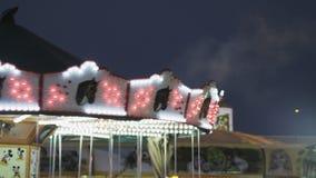 Funfair geschossen in der magischen Stunde Lichter colorfull des bewölkten Himmels stock video