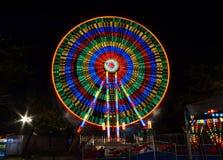 Funfair-Nachtszene stockfoto