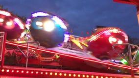 Funfair RideFahrgeschäft 'aleta 'en la feria de diversión alemana Kirmes en la noche 4K almacen de video