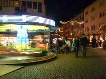 Funfair und Hütten für den Weihnachtsmarkt lizenzfreies stockfoto