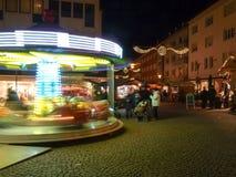 Funfair und Hütten für den Weihnachtsmarkt stockfoto